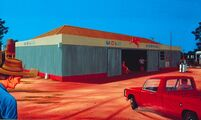 Opravna automobilů/Service Station, 1983, olej na sololitu/oil on masonite, 52x77cm